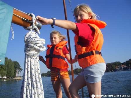 Mädchen auf Segelboot in Königs Wusterhausen